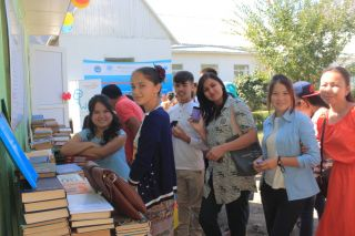 Tajik pupils build school library in Kyrgyz village